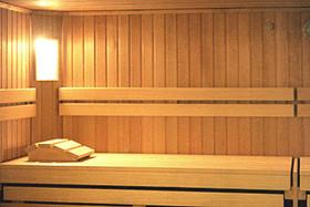 ein behaglicher Saunaraum aus Hemlockholz